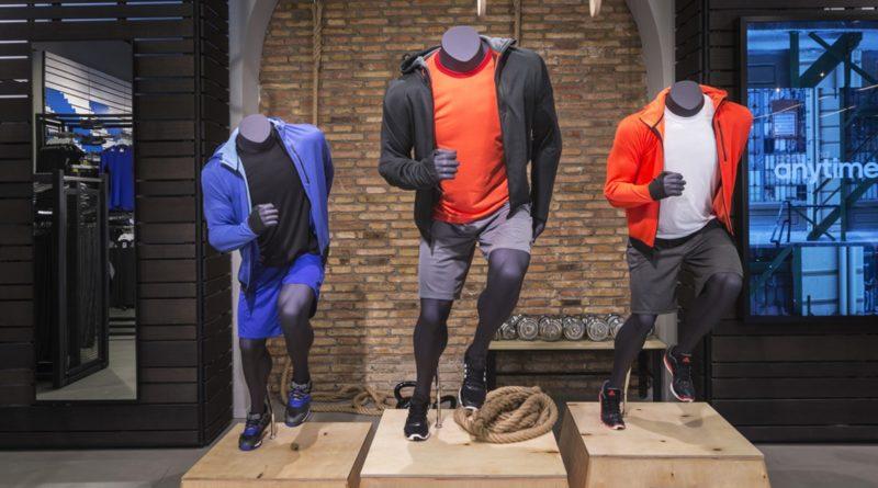 Der Sportartikelhersteller adidas stellt auch Sportartikel her, die recyceltes Plastik enthalten packaging