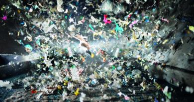 Die Firma Hahn Kunststoffe stellt aus Plastikabfällen Kunstholz-Produkte her