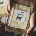 Käse auf Papierschalen