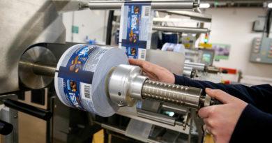Nestle führt einen neuen snackriegel ein, der in recycelfähigem Papier verpackt wird und führt dabei eine moderne Technologie zum Verpacken ein