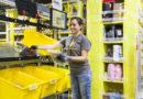 Eine Amazon-Mitarbeiterin sortiert die Pakete