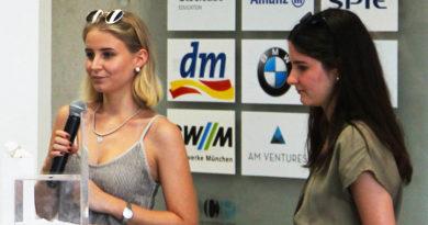Zwei Design-Studentinnen der Hochschule München nahmen den Preis entgegen