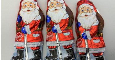 Schokoladen-Weihnachtsmänner in klassischer Verpackung