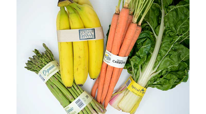 Obst und Gemüse verpackt in Banderolen aus Papier