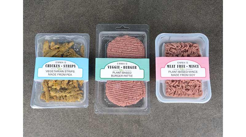 Fleischersatzprodukte verpackt in Schalen aus konventionellem und biobasiertem Kunsstoff mit Banderolen aus Papier